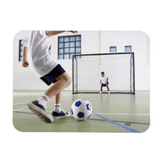 Dos muchachos, envejecidos 8-9, jugando a fútbol iman flexible