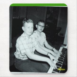 Dos muchachos por las fotos Piano-Originales Mouse Pads