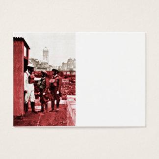 Dos muchachos que llevan las caretas antigás tarjetas de visita grandes