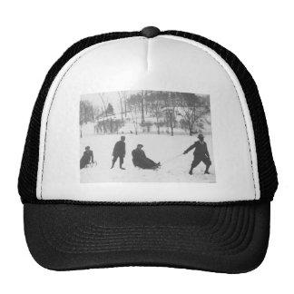 Dos muchachos que tiran de dos chicas en los gorra