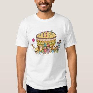 Dos muchachos y tres chicas en una fiesta de camisas