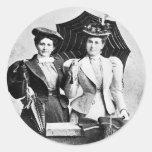 Dos mujeres del Victorian, 1898 Pegatina Redonda