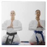 Dos mujeres meditating azulejo ceramica
