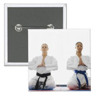 Dos mujeres meditating pin cuadrado
