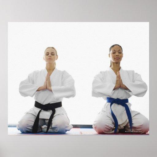 Dos mujeres meditating posters