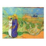 Dos mujeres que cruzan los campos de Vincent van G Tarjetas Postales