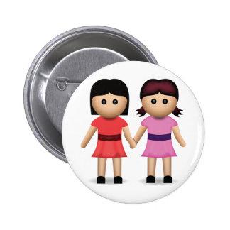 Dos mujeres que llevan a cabo las manos Emoji Pin Redondo De 2 Pulgadas