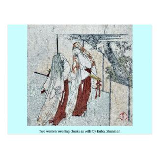 Dos mujeres que llevan las capas como velos por Ku Tarjeta Postal