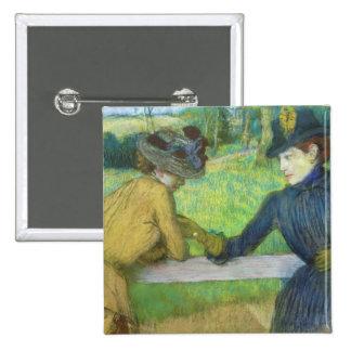 Dos mujeres que se inclinan en una puerta (en colo pin cuadrado