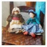 Dos muñecas de trapo coloniales azulejo