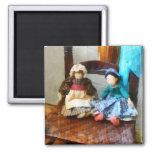 Dos muñecas de trapo coloniales imanes de nevera