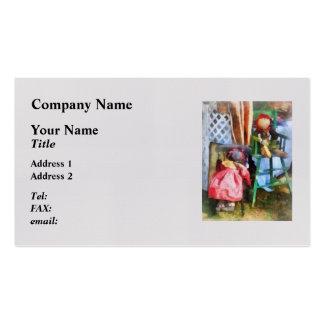 Dos muñecas de trapo en el mercado de pulgas plantilla de tarjeta de visita
