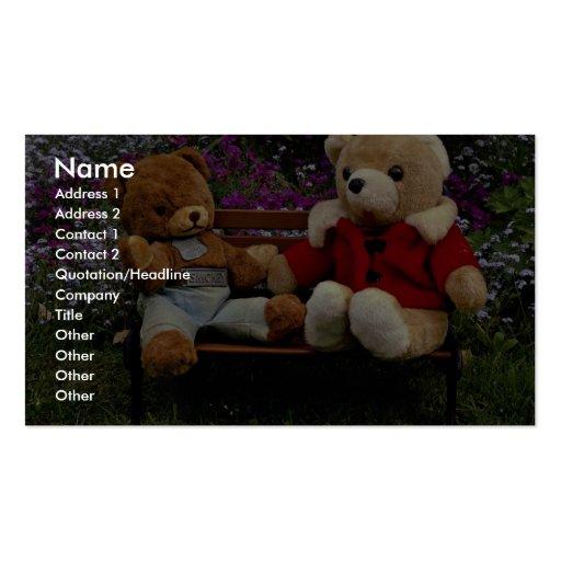 Dos muñecas del oso del smokey colocadas en banco  tarjetas de visita