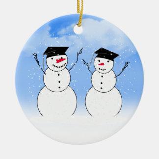 Dos muñecos de nieve de graduación adorno navideño redondo de cerámica