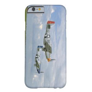 Dos mustangos P51 que vuelan cerca. los aviones Funda Barely There iPhone 6