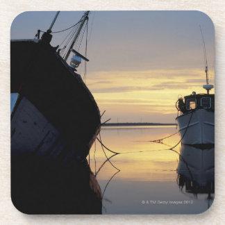 dos naves ancladas en la puesta del sol posavaso