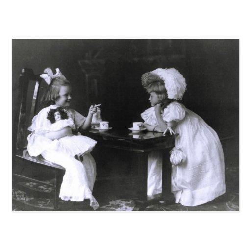 Dos niñas en una fiesta del té tarjetas postales