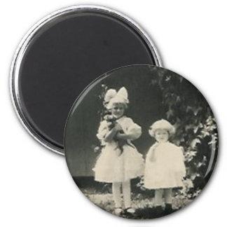 Dos niñas y un perro imán redondo 5 cm