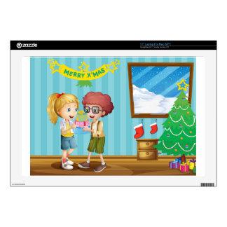 Dos niños adorables que intercambian sus regalos 43,2cm portátil calcomanía
