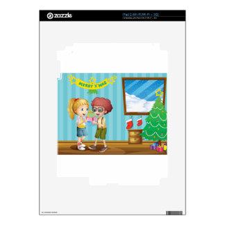 Dos niños adorables que intercambian sus regalos iPad 2 skins