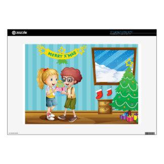 Dos niños adorables que intercambian sus regalos portátil calcomanía