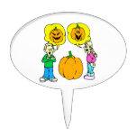 dos niños que discuten la linterna del enchufe o decoraciones para tartas