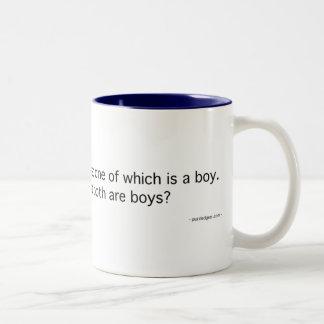 Dos niños, uno un muchacho tazas de café
