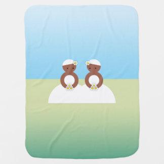 Dos novias, ambas coloreadas mantitas para bebé