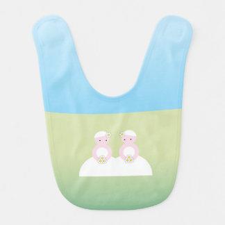 Dos novias caucásicas baberos para bebé