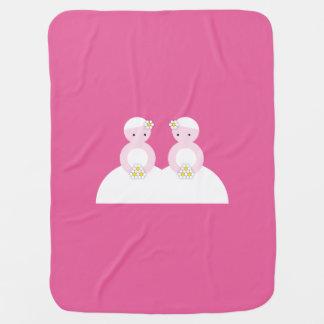 Dos novias caucásicas mantitas para bebé