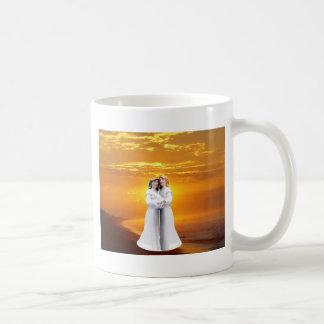 Dos novias en la puesta del sol tazas