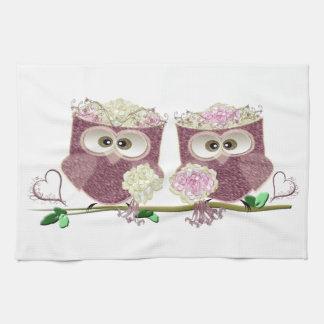 Dos novias que casan los regalos del arte de los toallas de mano