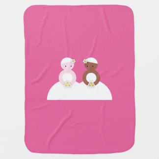 Dos novias, un caucásico, uno coloreado mantitas para bebé