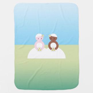 Dos novias un caucásico uno coloreado mantita para bebé
