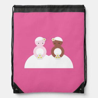 Dos novias, un caucásico, uno coloreado mochila