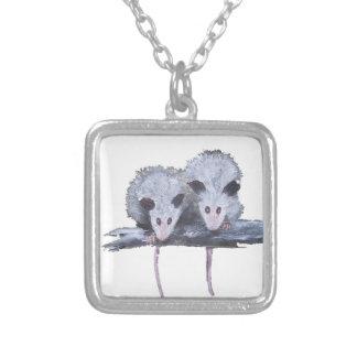 """""""Dos oposums"""" platean el collar plateado"""