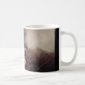 Dos orquídeas y un paisaje de la montaña taza de café