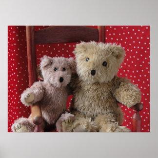 dos osos de peluche en un poster rojo de la silla
