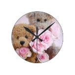 dos osos de peluche que sostienen el reloj de los
