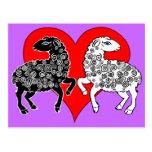 Dos ovejas ennegrecen el corazón rojo grande de tarjeta postal
