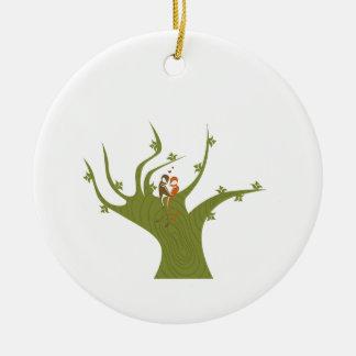 Dos pájaros en el extracto verde oliva tree.png adorno redondo de cerámica