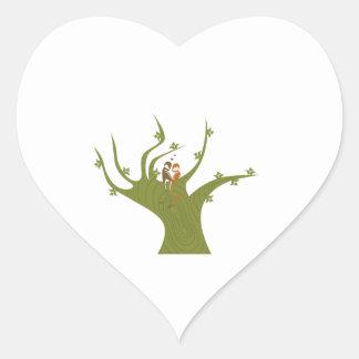 Dos pájaros en el extracto verde oliva tree.png pegatina en forma de corazón