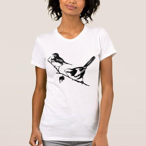 Dos pájaros en una camisa de la rama