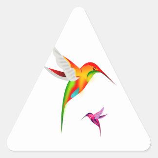 Dos pájaros multicolores del tarareo en vuelo pegatina triangular