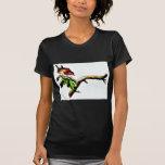 Dos pájaros que se colocan en una rama que mira camisetas