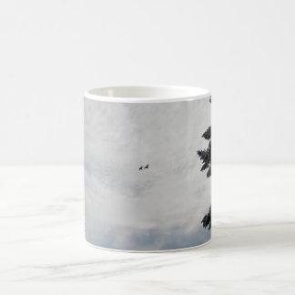 Dos pájaros que vuelan arriba taza básica blanca