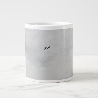 Dos pájaros que vuelan arriba taza grande