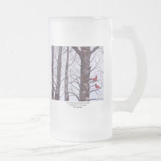 Dos pájaros rojos en invierno taza de cristal