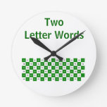 Dos palabras de la letra verdes y reloj blanco los