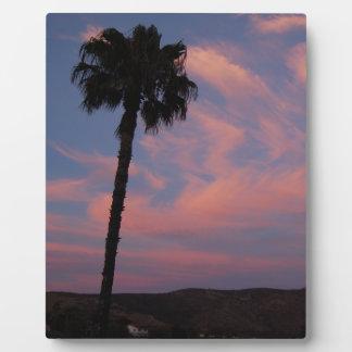 Dos palmas en la puesta del sol placa para mostrar